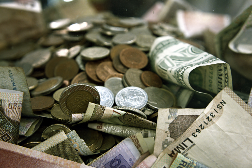 international_money_pile_in_cash_and_coins